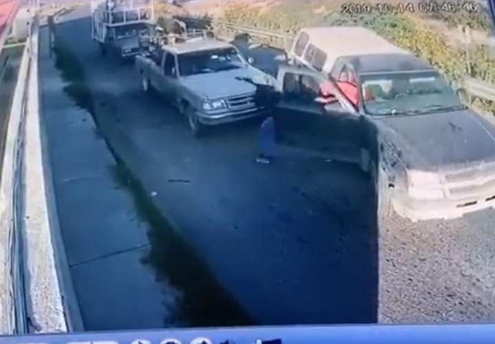 Grupo armado intercepta y secuestra a una familia en México