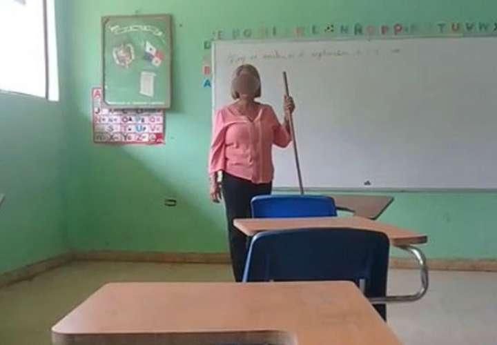 Maestra da clases a punta de palo en Las Lajas