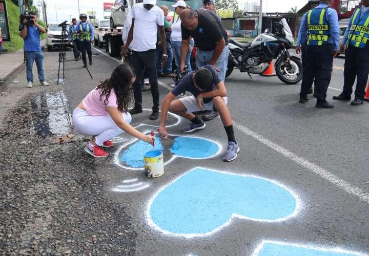 Pintan corazones azules por las víctimas de accidente de Villa Lorena