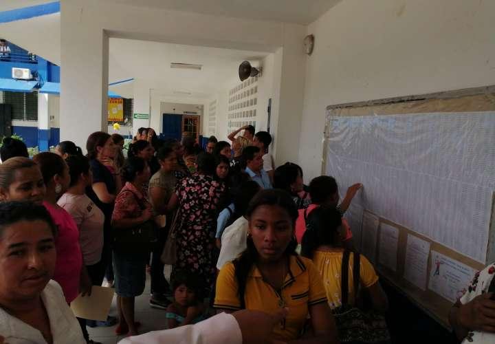 Padres de familia reclaman cupos para matrícula escolar