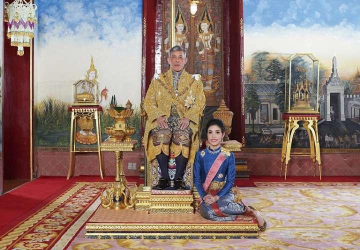 El rey de Tailandia expulsa a su concubina por ser 'desagradecida' y 'desleal'