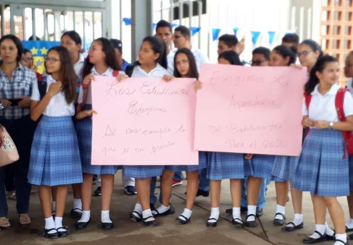 Estudiantes y padres piden apertura de bachiller