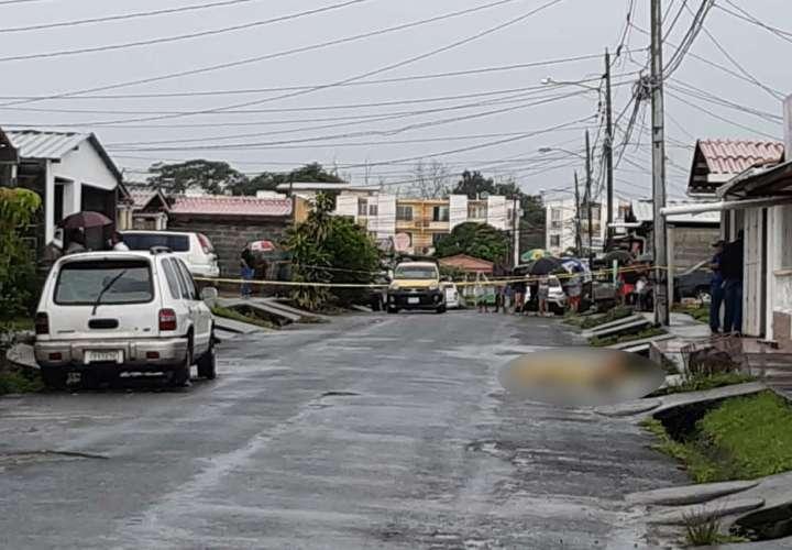 Sicarios asesinan a joven bajo la lluvia en Pacora (Video)
