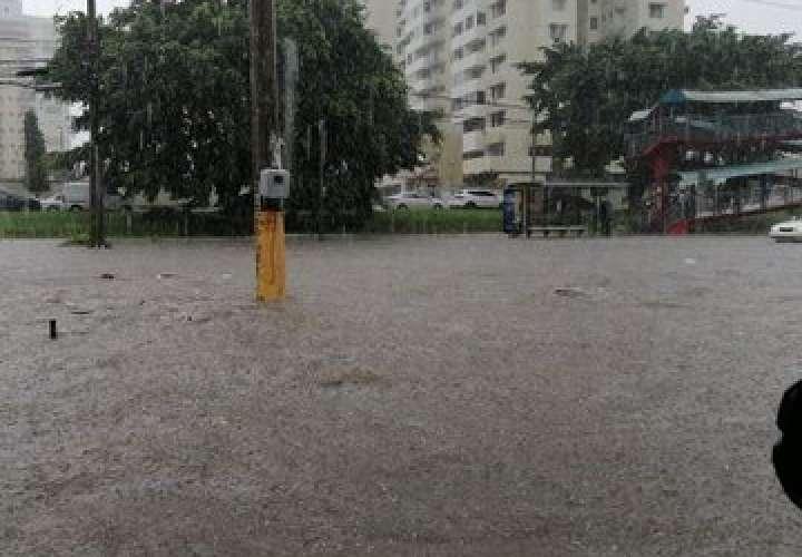 Calles de la ciudad convertidas en ríos tras fuerte aguacero