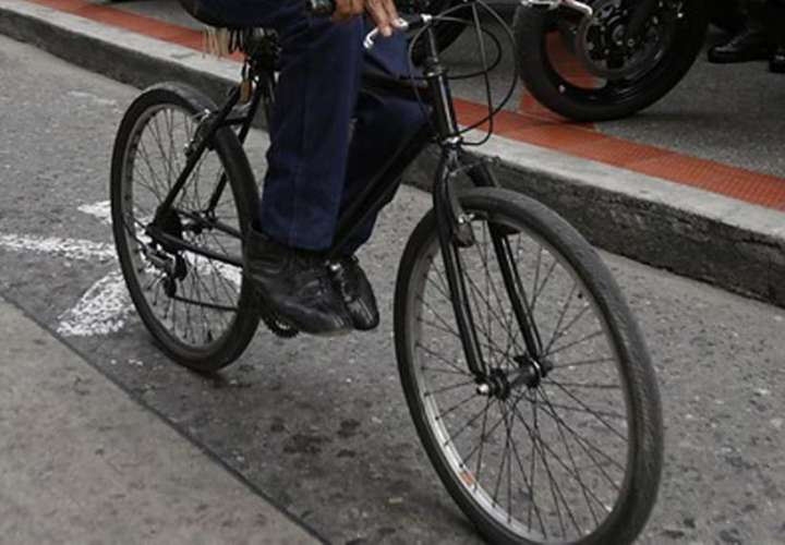 Le robaron la bicicleta cuando llevaba a su hijo a la escuela