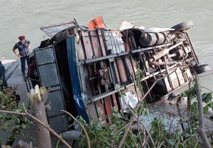 Al menos 17 muertos y 50 heridos en un accidente de autobús en Nepal