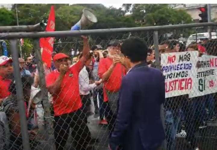 Manifestantes en la Asamblea contra reformas
