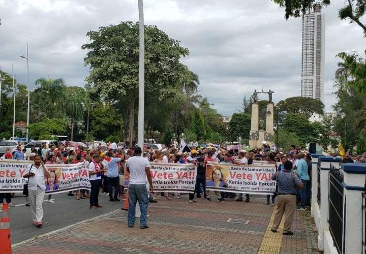 """""""Kenia, si confesaste, renuncia ya"""": gritan manifestantes afuera de Procuraduría"""