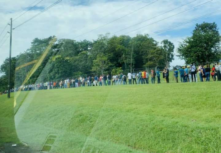 Panameños forman largas filas con la esperanza de conseguir una plaza de empleo
