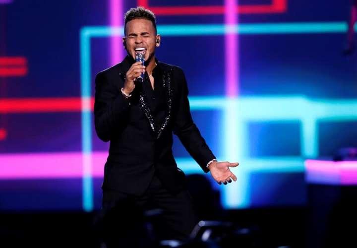 El cantante puertorriqueño Ozuna se presenta durante la gala de Persona del Año de los Grammy Latinos. EFE
