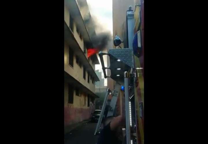 Candela consume apartamento en el edificio Carnaval en Calidonia (Videos)