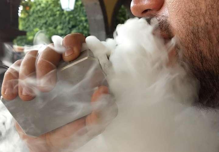 Descubren una nueva grave enfermedad pulmonar vinculada al vapeo diario