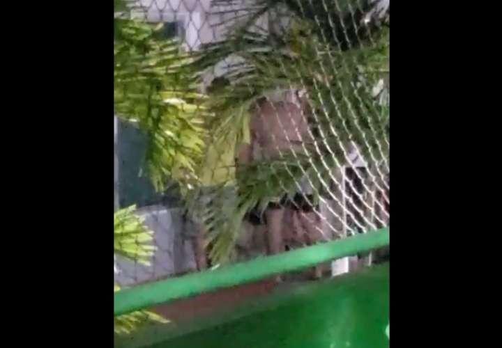Mujer cae de un edificio en vía España