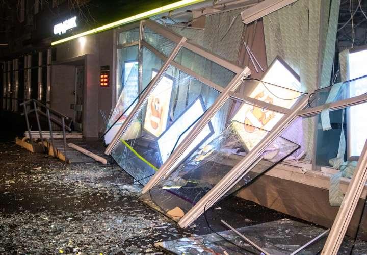 Explotan cajero automático e inundan la calle de billetes (Video)