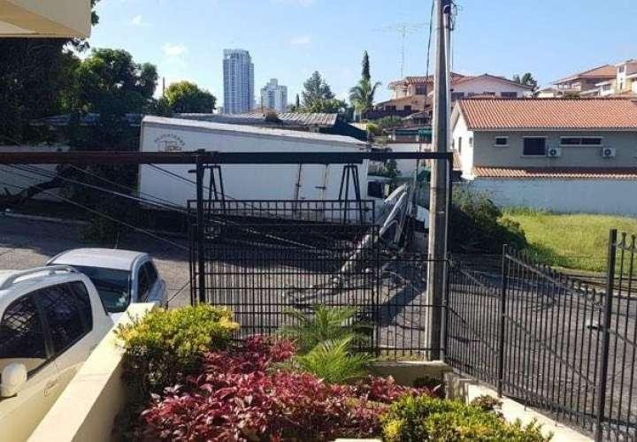 Camión se estrella contra poste eléctrico en la avenida La Pulida [Video]