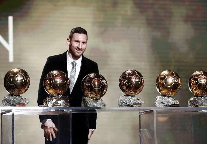 Lionel Messi  posa con sus seis balones. Foto: EFE