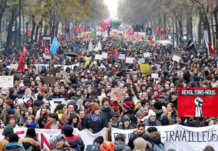 Paro de transporte y muchas manifestaciones causan el caos en Francia