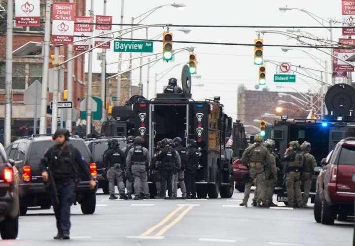 Varios muertos, entre ellos un policía, en un tiroteo en supermercado de EEUU