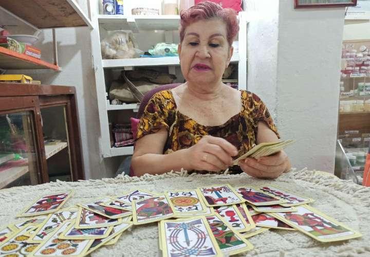 Buscan a Carmencita para atraer la suerte con rituales místicos de fin de año