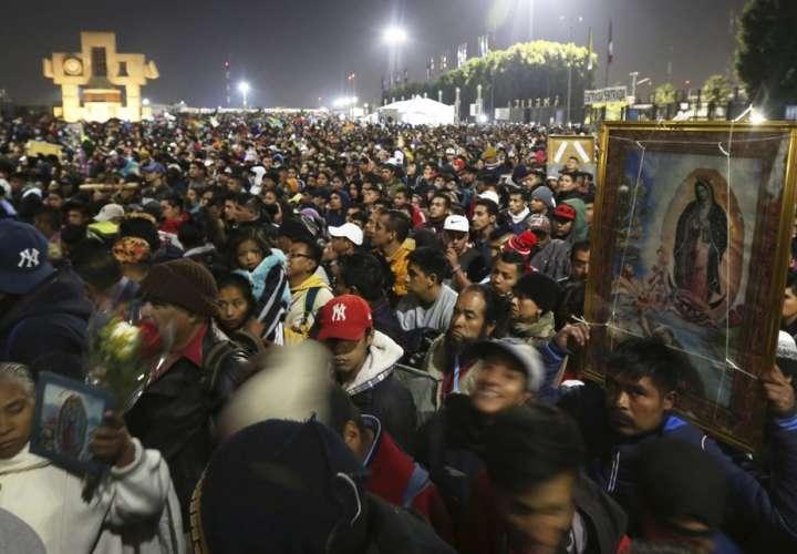 Miles de personas veneran a la Virgen de Guadalupe en México