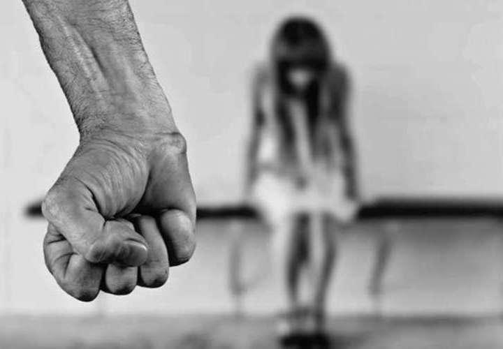 Instaló aplicación en celular de su pareja para vigilarla, la amenazó y golpeó