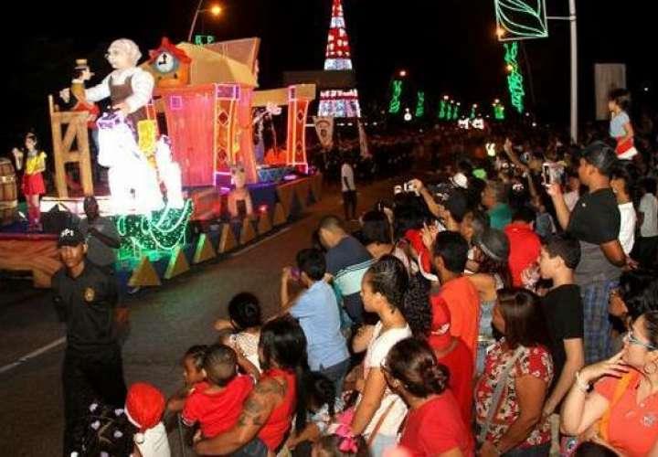 Todo está listo para el desfile navideño en la Cinta Costera