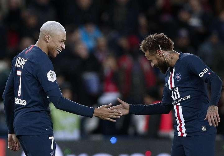Mbappé (izq.) celebra junto a Neymar. Foto: EFE