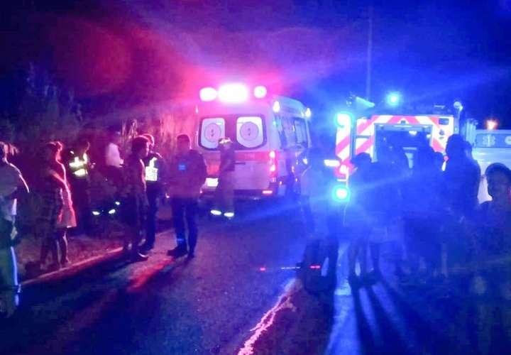 Vehículo cae 15 metros y termina en una quebrada tras aparatosa colisión