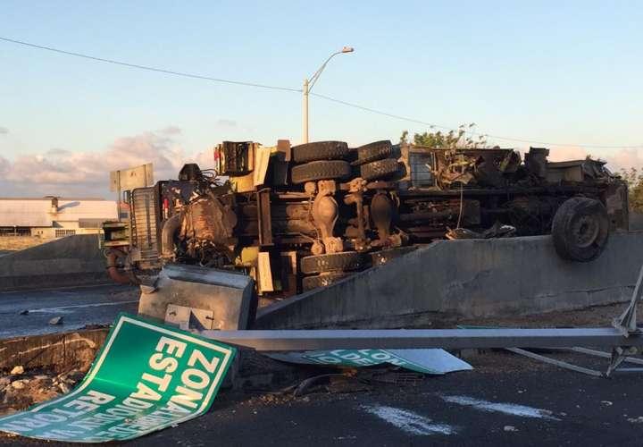 Camión se vuelca en Colón y deja dos heridos [Video]