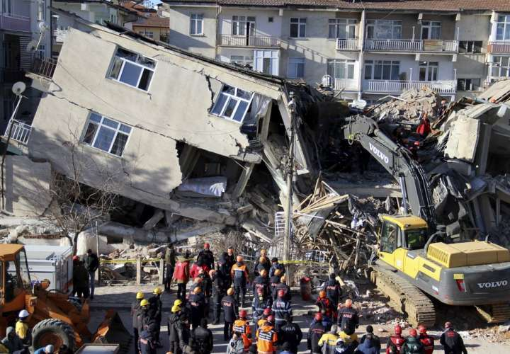 Suben a 21 los muertos por un sismo en el este de Turquía