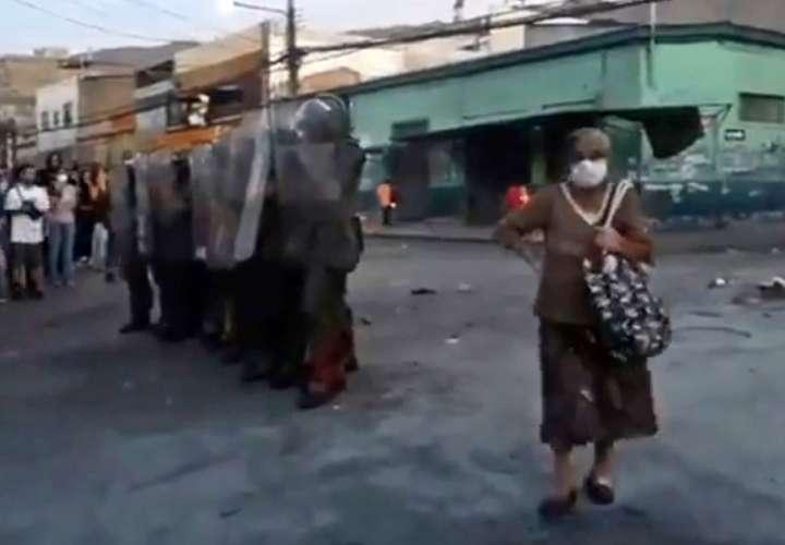 """'Abuela revolucionaria"""" se hace viral tras apoyar protestas en Chile"""