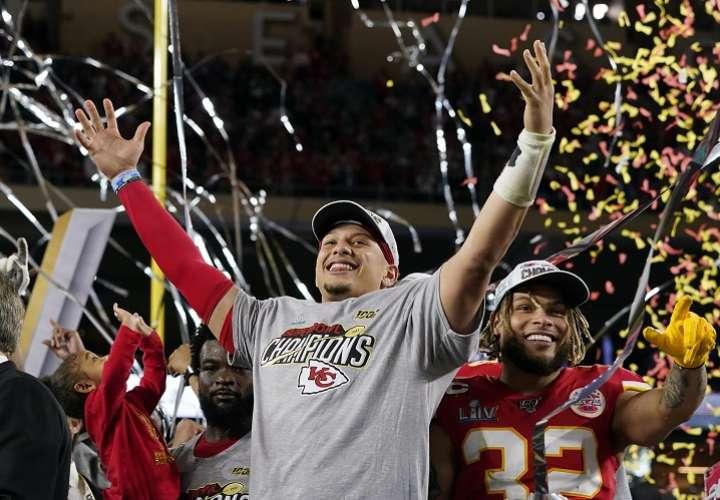 Patrick Mahomes celebran el título. / Foto AP