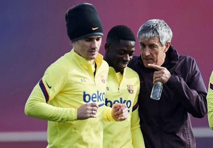 El entrenador del FC Barcelona conversa con Ousmane Dembelé y Griezmann (i). Foto: EFE