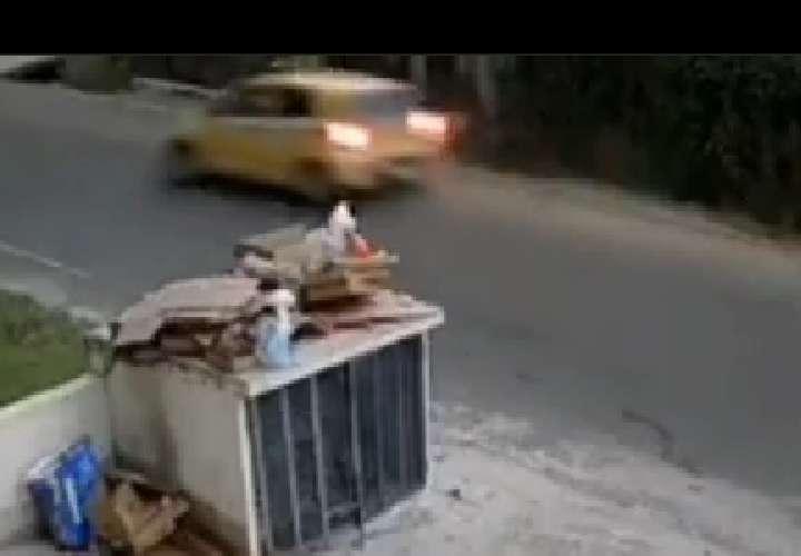 Cámara de seguridad capta aparatoso accidente de un taxista (Video)