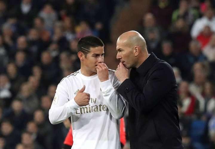 Zidane da instrucciones a James Rodríguez. / EFE