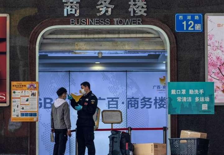 China amplía las precauciones por el virus pese a registrar menos infectados