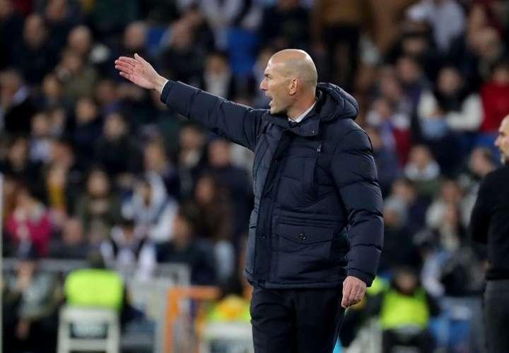 El entrenador del Real Madrid Zinedine Zidane durante del partido, correspondiente a la ida de octavos de final de la Liga de Campeones,