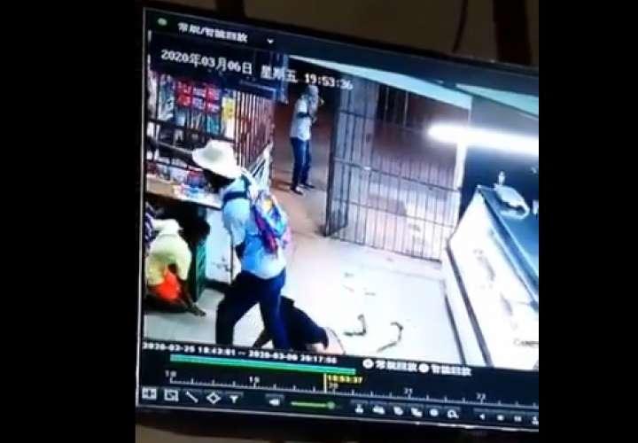 Delincuentes roban en minisúper de Chilibre a punta de pistola (Video)