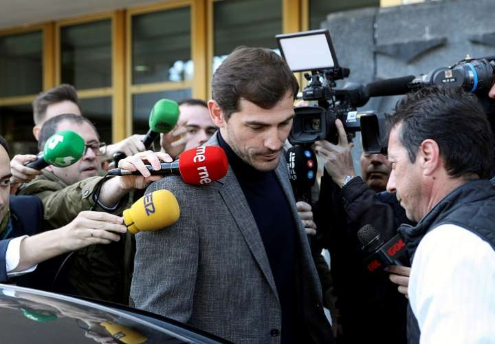El exfutbolista español Iker Casillas a su salida este lunes de la sede del Consejo Superior de Deportes. Foto: EFE