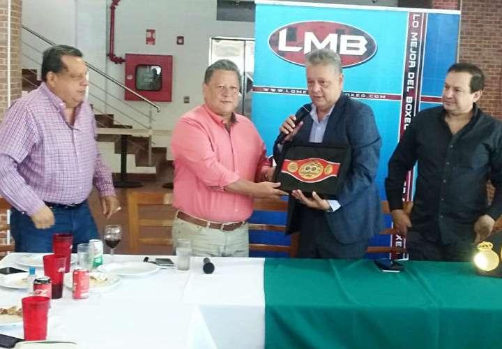 Daniel Alonso recibe la faja de la FIB de manos de Carlos Salazar, representante del organismo para Latinoamérica.