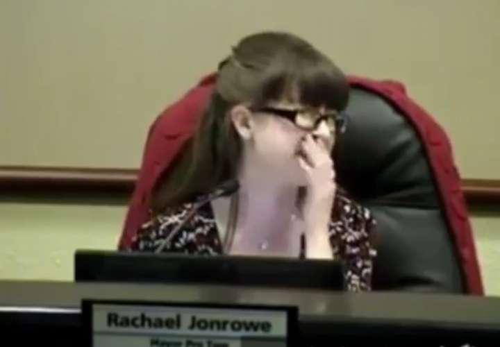 Alcalde se va al baño con el micrófono abierto y todos oyen sus pedos al defecar