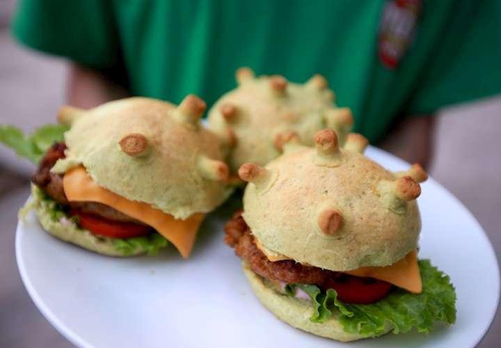Crean hamburguesa con forma de coronavirus para combatir el miedo
