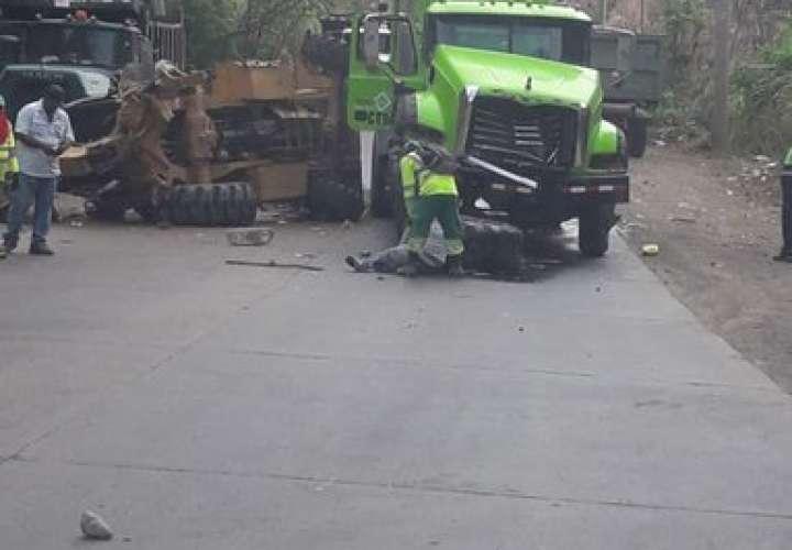 Dos heridos por choque entre camión y retroexcavadora [Video]