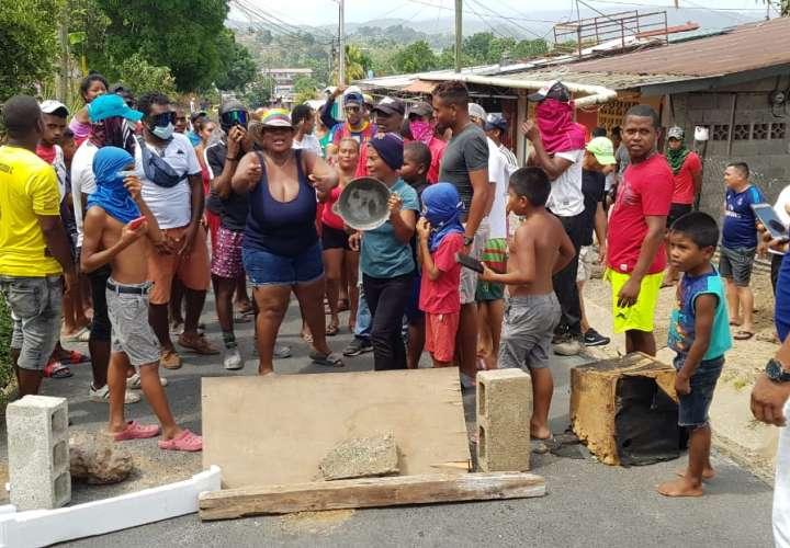 Protestas comunitarias en varios puntos porque no llega la ayuda (Videos)