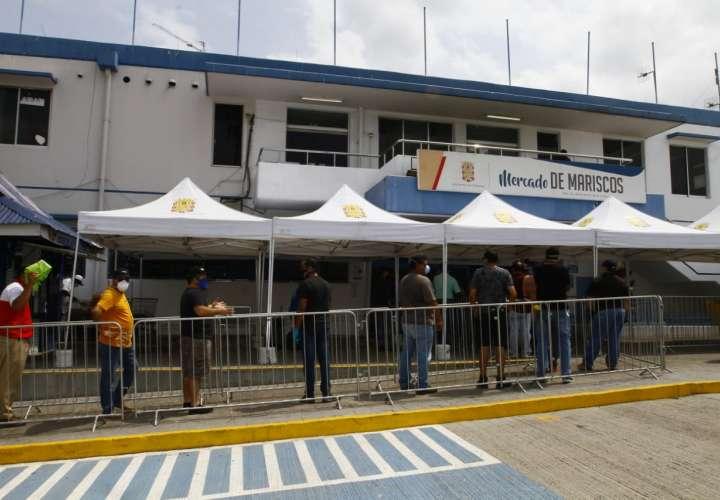Compradores hacen largas filas en el Mercado de Mariscos  [Video]
