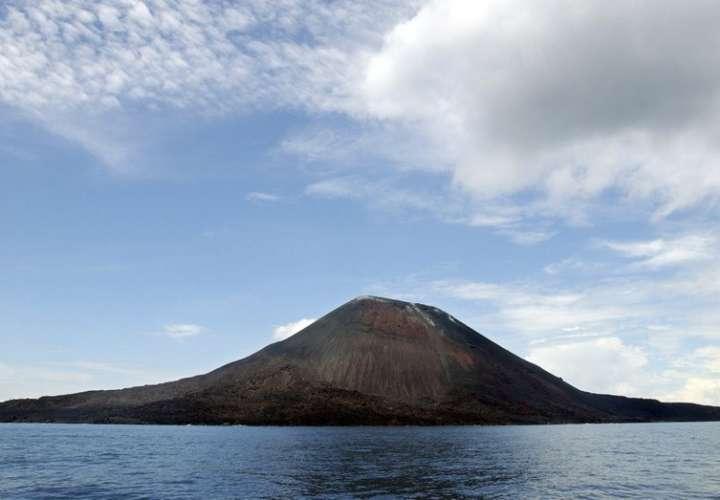 Volcán Anak Krakatau entra en erupción en Indonesia