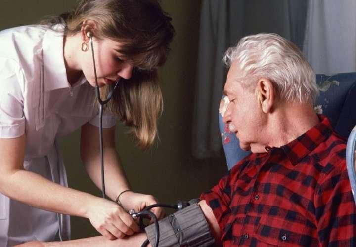 Pacientes con hipertensión deben mantener sus tratamientos