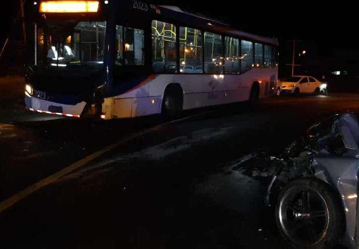 Policías chocan su auto contra un metrobus