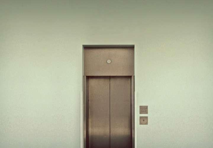 Niña de dos años queda enganchada en un ascensor y es arrastrada de la mano