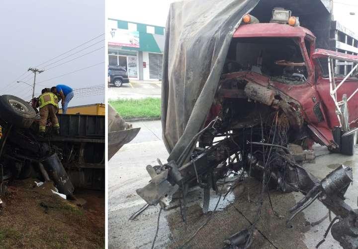 Conductor de camión se destroza pierna tras vuelco y choque en Loma de la Muerte
